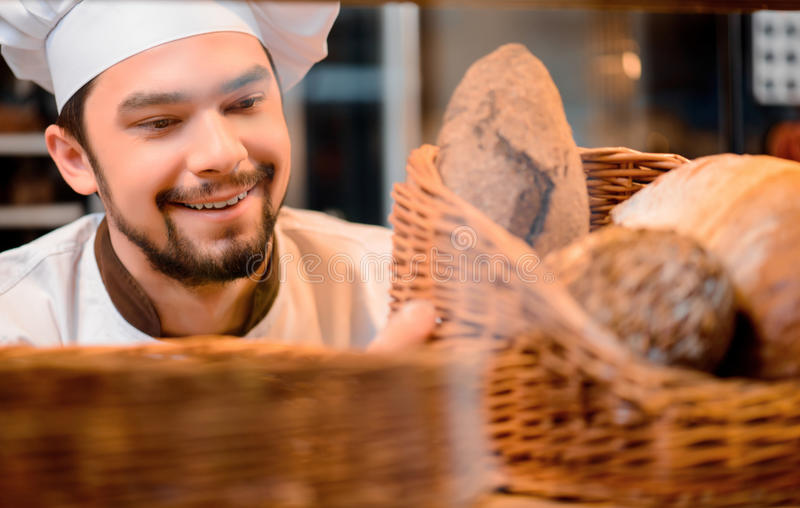 Красивый кашевар в кухне стоковое изображение rf