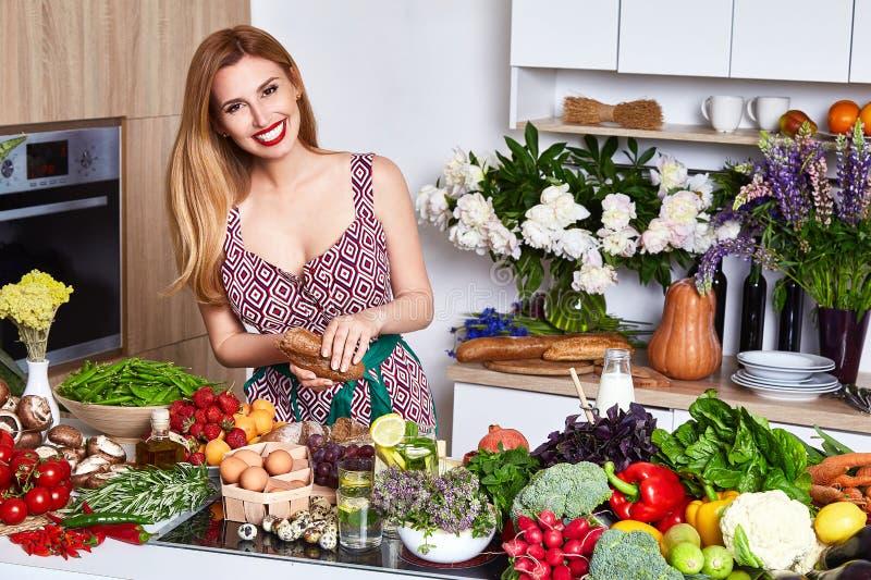 Красивый кашевар домохозяйки женщины подготавливает в еде кухни, очень вкусной стоковое изображение rf