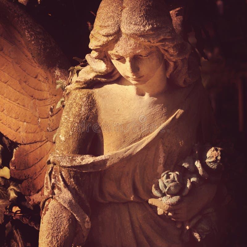 Красивый конец вверх по af скульптура камня ангела стороны с помадкой стоковое фото rf