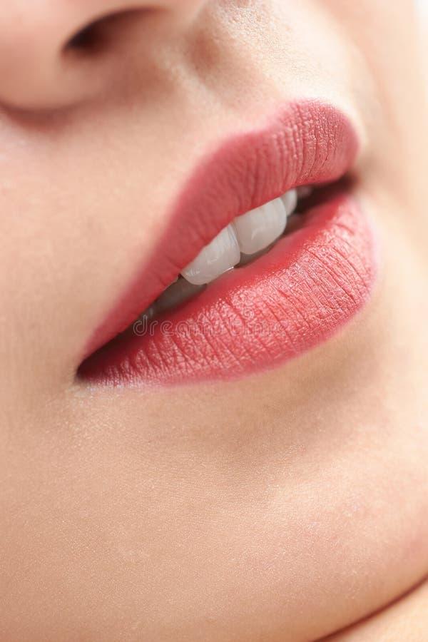 Красивый конец женщины вверх по губам и зубам рта открытым белым стоковая фотография rf