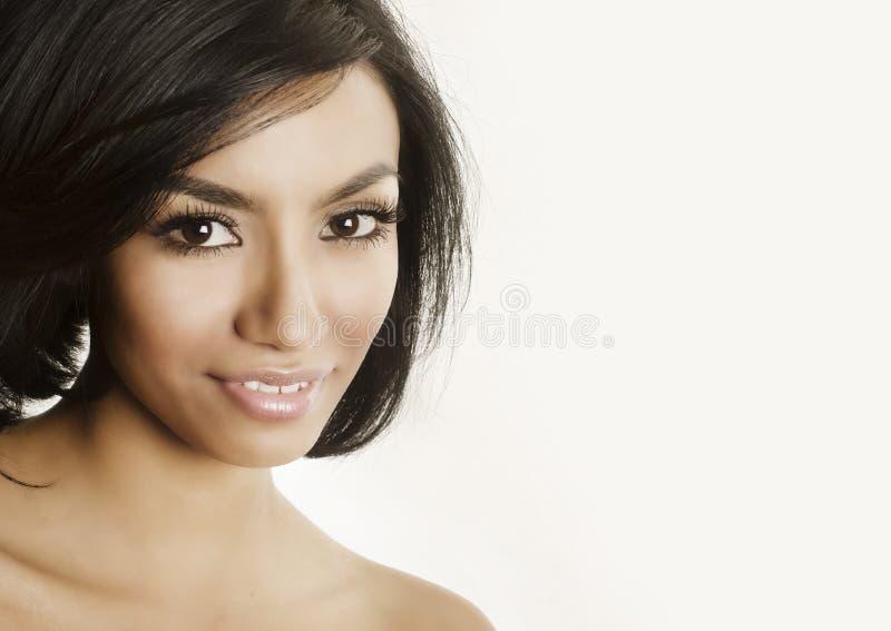 Красивый конец молодой женщины вверх ее усмехаться стороны стоковое изображение rf