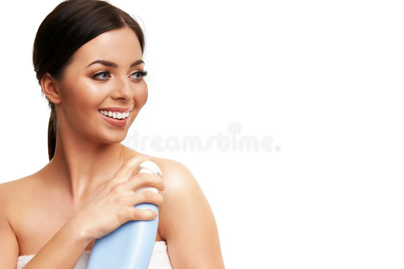 Красивый конец стороны женщины вверх по студии на белизне стоковые изображения