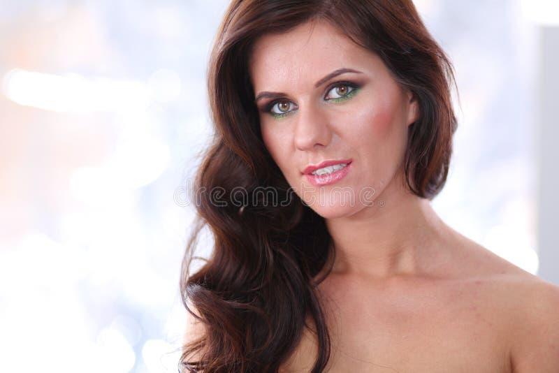 Красивый конец стороны женщины вверх по студии на белой предпосылке стоковые изображения