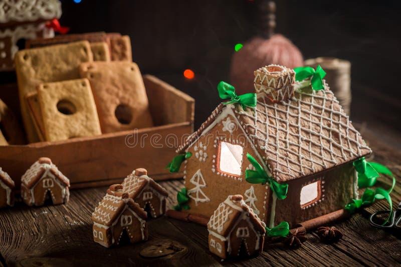 Красивый коттедж пряника рождества в вечере рождества стоковые фото