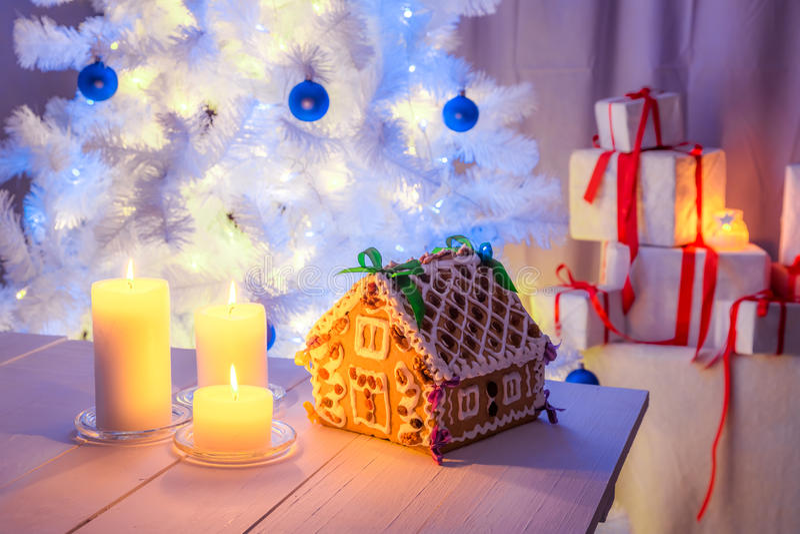 Красивый коттедж пряника для рождества стоковые изображения