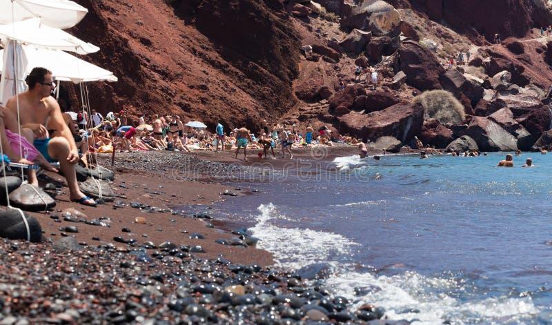 Красивый красный пляж на греческом острове Santorini стоковая фотография