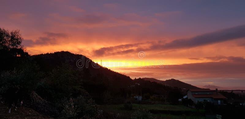 Красивый красочный восход солнца над горой в Португалии стоковые фото