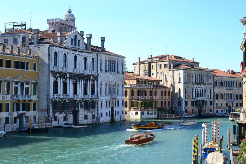 Красивый красочный город Венеции, Италии, с итальянской архитектурой, гондолой, шлюпками и мостами над каналом стоковые изображения rf