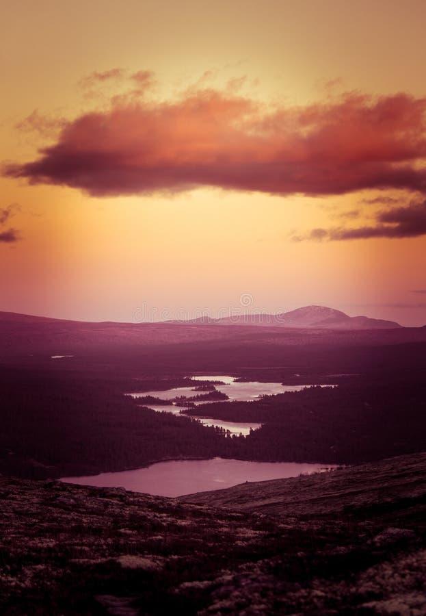 Красивый, красочный заход солнца в горах Красивая осень в Норвегии стоковые фотографии rf