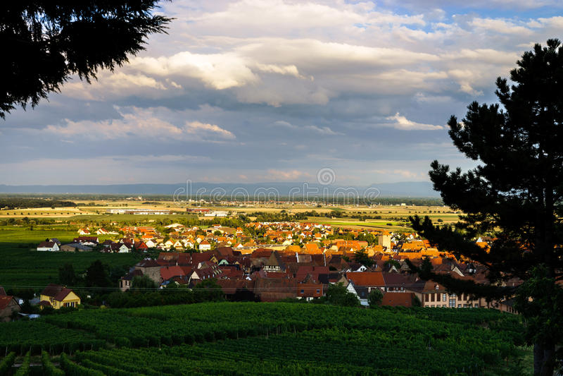 Красивый красочный заход солнца сверх alsacien Dambach-Ла-Ville деревни стоковые фотографии rf