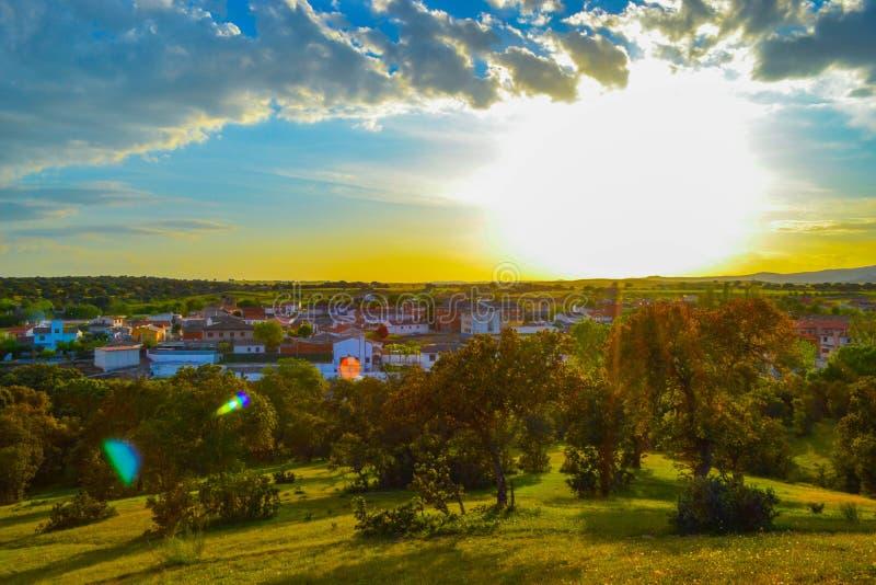 Красивый, красочный и внушительный заход солнца над маленьким городом в Spai стоковое фото