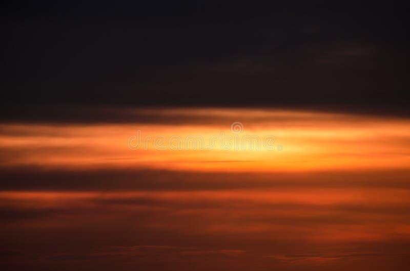 Красивый, красочный и необыкновенный заход солнца в ветреном летнем дне стоковое фото