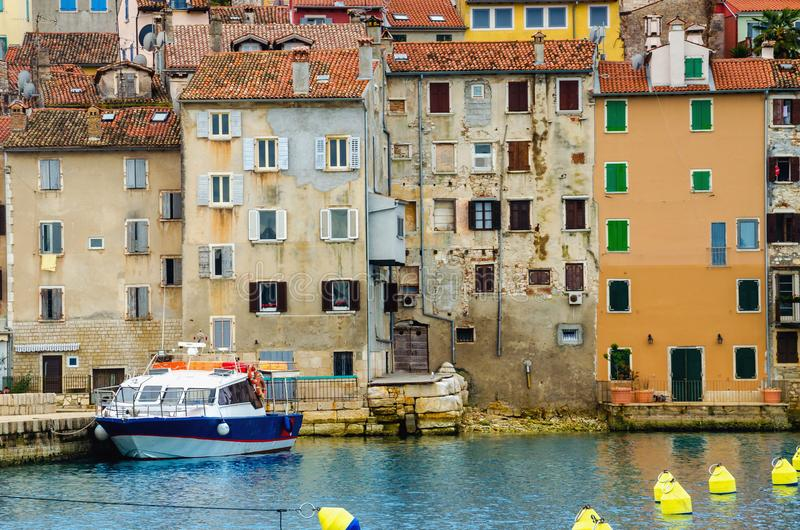 Красивый красочный средневековый городок Rovinj, полуостров Istrian, Хорватия, Европа стоковые фотографии rf