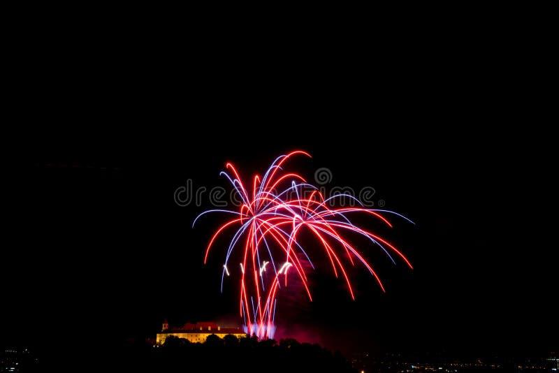 Красивый красочный фейерверк в городе Брне на Spilberk стоковое изображение