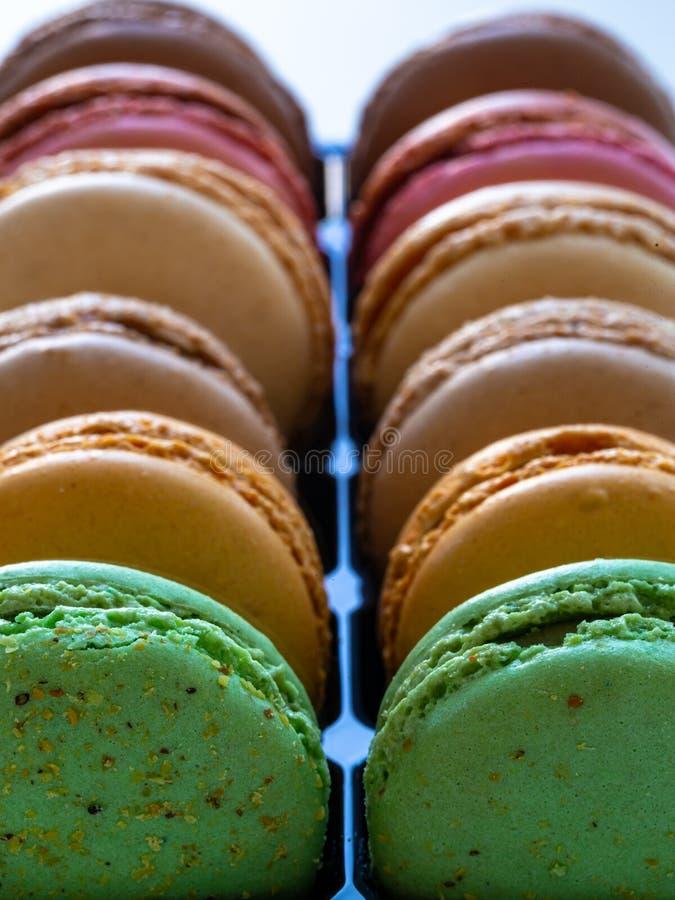 Красивый красочный французский конец macarons вверх по фото стоковые изображения rf
