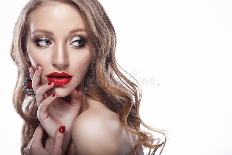 Красивый крупный план стороны женщины с длинными светлыми волосами и ярким красным цветом стоковые фото