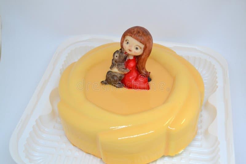 Красивый крупный план торта мусса в поливе зеркала с девушкой и собакой шоколада Сладкий десерт Домодельная еда Вкусный чизкейк стоковое фото