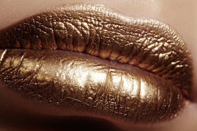 Красивый крупный план с губами женщины толстенькими с составом цвета золота Мода празднует состав, косметику яркого блеска стоковые изображения