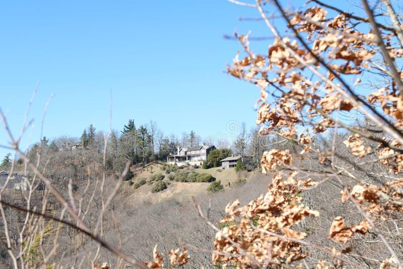 Красивый ландшафт взгляда холма и дом фермы с голубым небом стоковая фотография rf