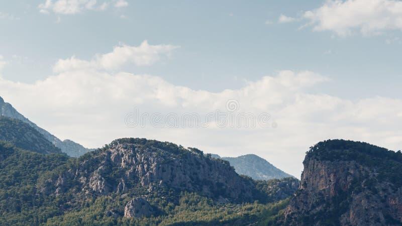 Красивый ландшафт в горах Прекрасный вид гор Тавра против голубого неба и облаков стоковая фотография rf