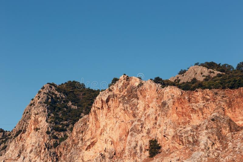 Красивый ландшафт в горном виде Красивый вид гор Тавра в солнце утра против голубого неба стоковая фотография rf