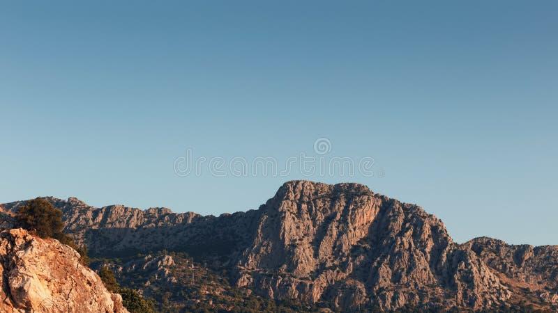 Красивый ландшафт в горном виде Красивый вид гор Тавра в солнце утра против голубого неба стоковое изображение rf