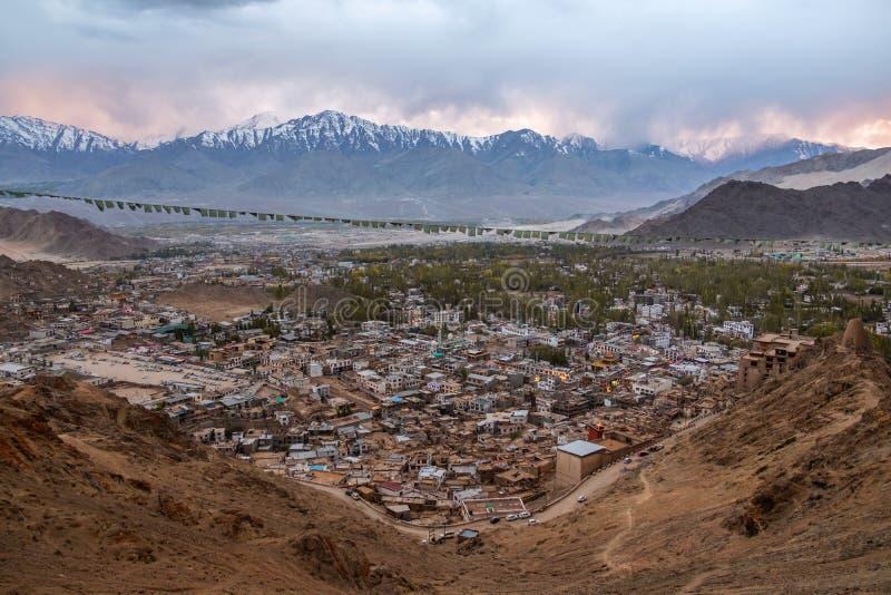 Красивый ландшафт города в nighttime района Leh Ladakh, части Norther Индии стоковые изображения rf
