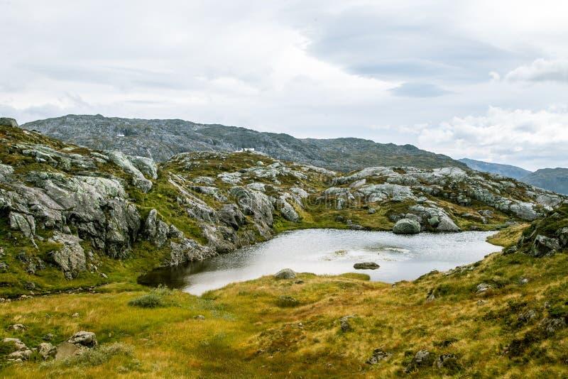 Красивый ландшафт горы осени с небольшим озером Естественный пейзаж в норвежских горах стоковые фотографии rf
