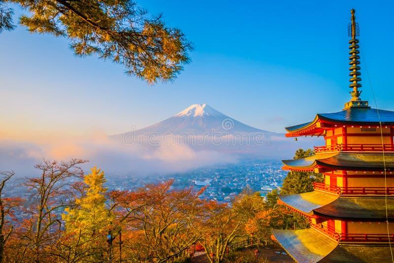 Красивый ландшафт горы Фудзи с пагодой chureito вокруг дерева кленового листа в сезоне осени стоковое изображение