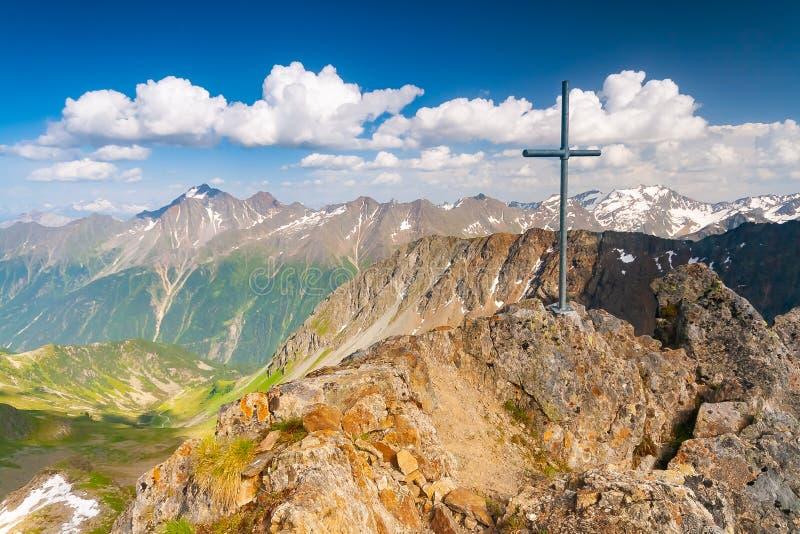 Красивый ландшафт гор лета от саммита Knotenspitze в Stubai Тироле Альп около новой хижины горы Regensburger, Австрии стоковое изображение