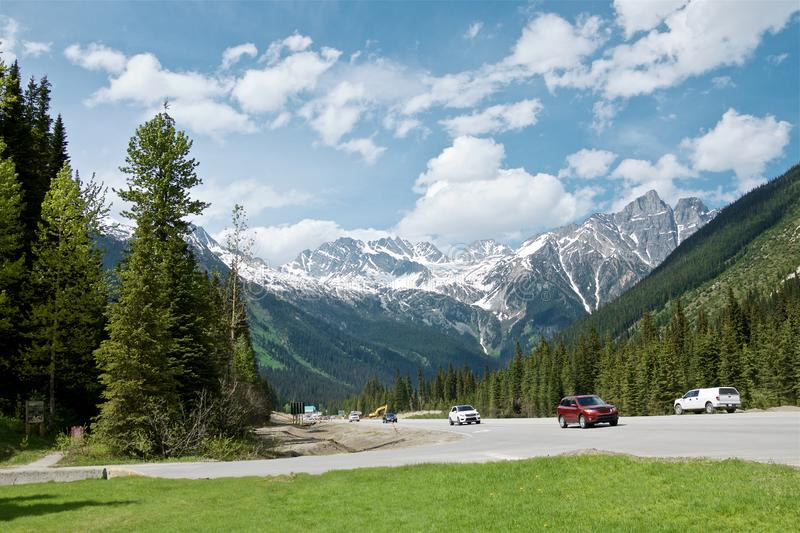Красивый ландшафт гор пропуска Rogers в канадские скалистые горы во дне лета солнечном, историческую достопримечательность o проп стоковое фото rf