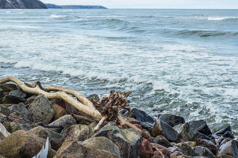 Красивый ландшафт долгой выдержки скалистого берега моря стоковые фото
