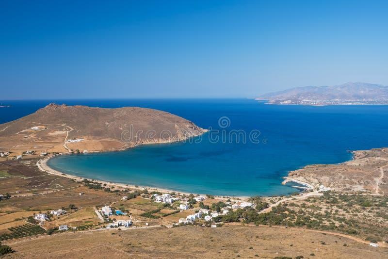 Красивый ландшафт залива с морской водой бирюзы на острове Paros стоковая фотография