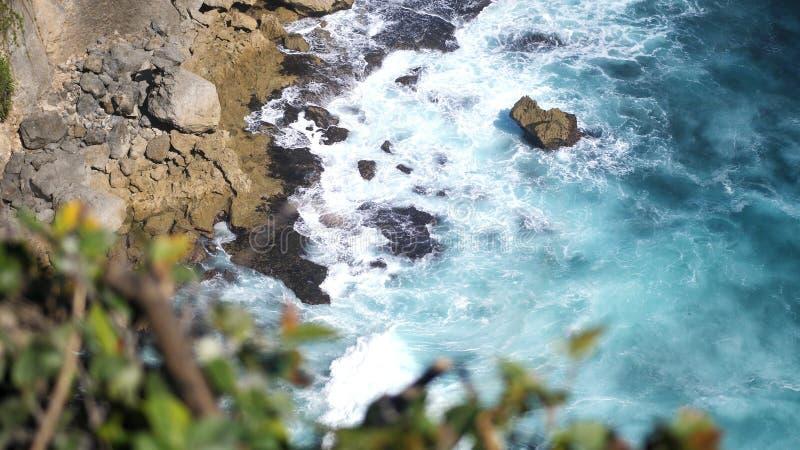Красивый ландшафт каменных скал, океанских волн и oceanscape Воздушное взгляд сверху bali Индонесия стоковое фото rf