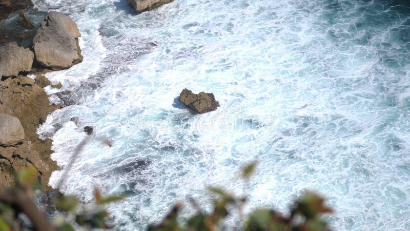 Красивый ландшафт каменных скал, океанских волн и oceanscape Воздушное взгляд сверху bali Индонесия стоковые фотографии rf