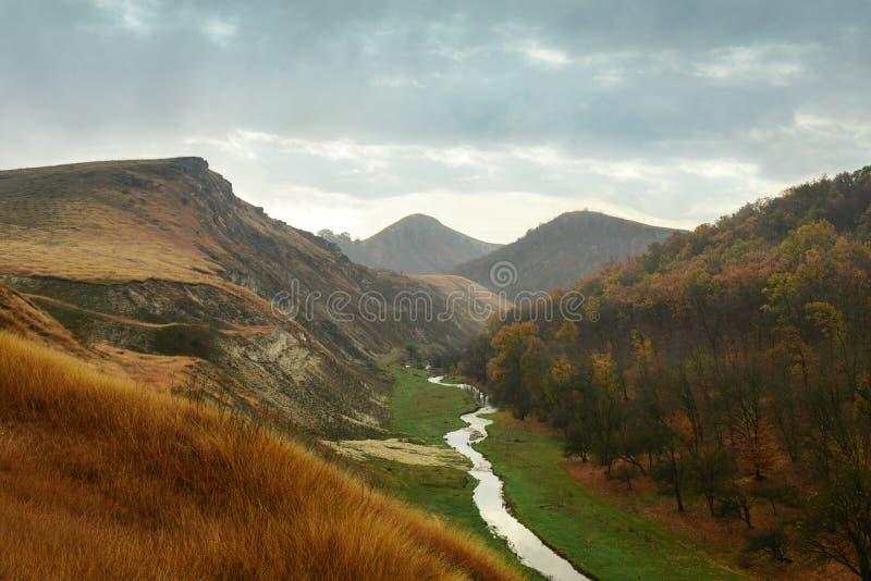Красивый ландшафт леса осени в дождливом дне Между горами подачи малые реки Молдавия, Edinet стоковая фотография