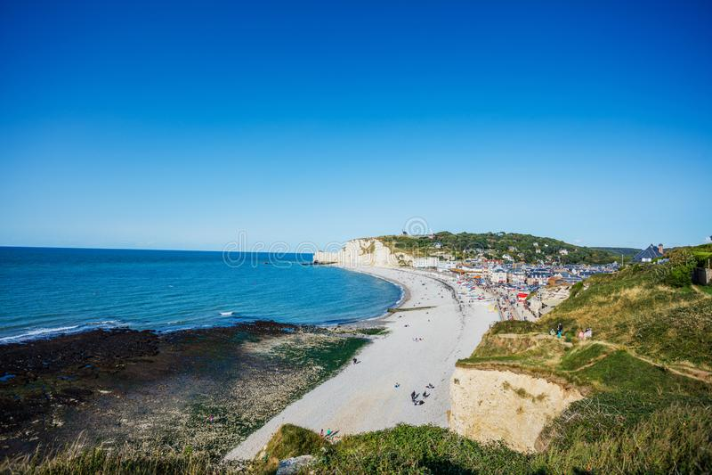 Красивый ландшафт на скале, городе Etretat и английском канале в солнечный весенний день Etretat, Сен-морское стоковые изображения rf