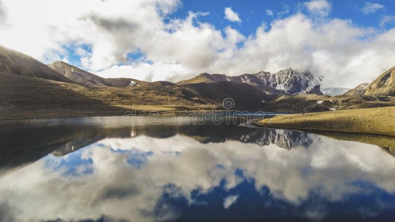 Красивый ландшафт обширных горы и озера неба с горными пиками и отражением стоковое фото