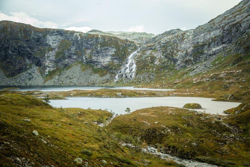 Красивый ландшафт озера горы в национальном парке Folgefonna в Норвегии День осени overcast в горах стоковые фотографии rf