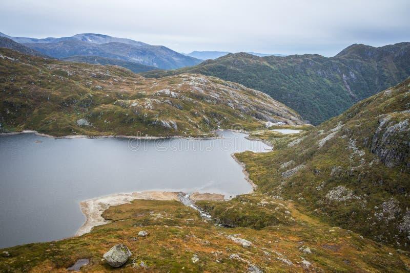 Красивый ландшафт озера горы в национальном парке Folgefonna в Норвегии День осени overcast в горах стоковые изображения rf