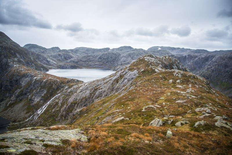 Красивый ландшафт озера горы в национальном парке Folgefonna в Норвегии День осени overcast в горах стоковые фото