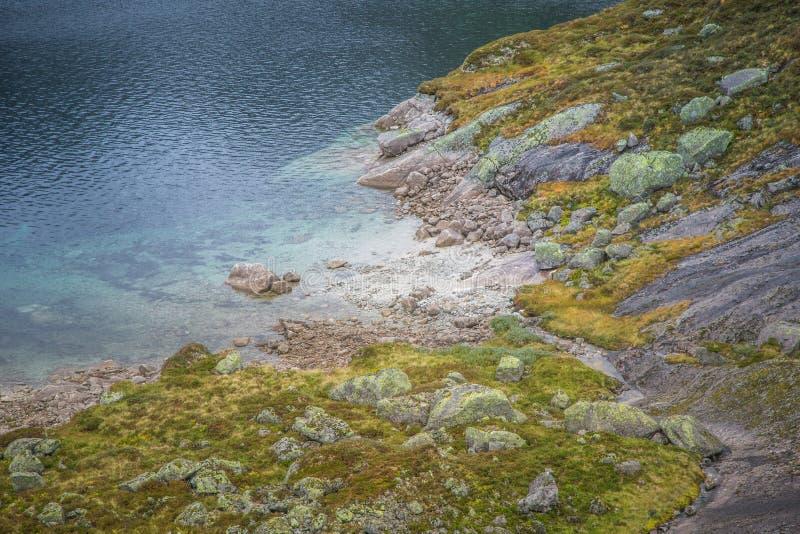 Красивый ландшафт озера горы в национальном парке Folgefonna в Норвегии День осени overcast в горах стоковое фото