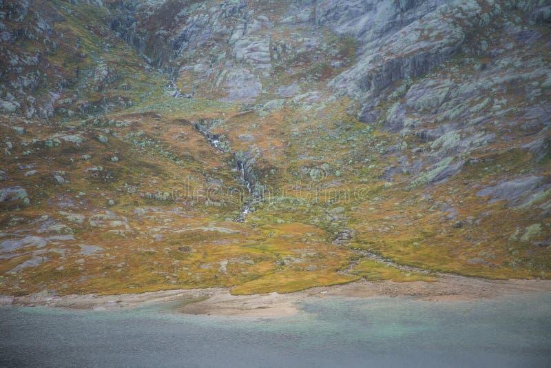 Красивый ландшафт озера горы в национальном парке Folgefonna в Норвегии День осени overcast в горах стоковое изображение