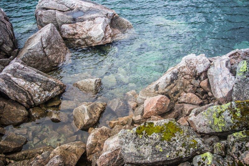 Красивый ландшафт озера горы в национальном парке Folgefonna в Норвегии День осени overcast в горах стоковые изображения