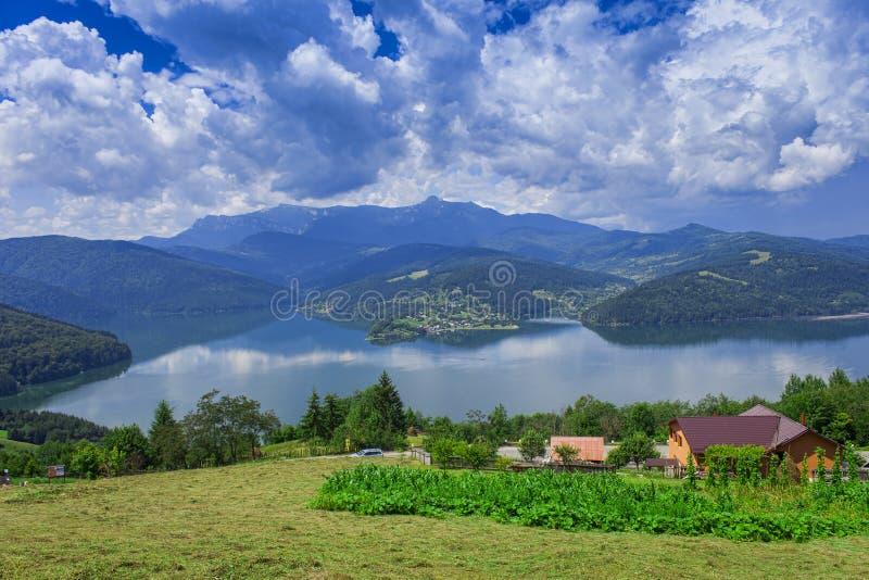Красивый ландшафт озера и сельской местности Bicaz стоковые фото