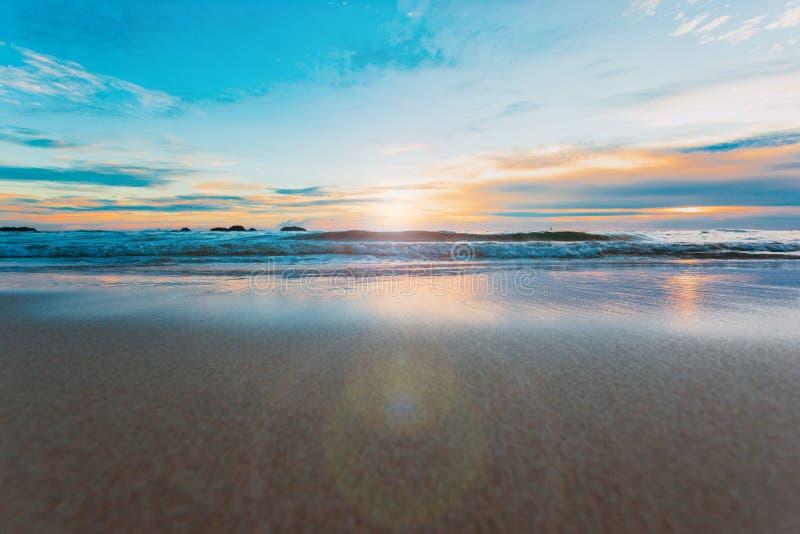 Красивый ландшафт океана на времени захода солнца Добро пожаловать высокий сезон стоковая фотография rf