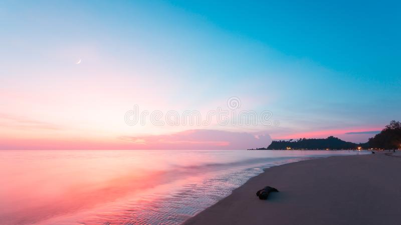Красивый ландшафт океана на времени захода солнца Добро пожаловать высокий сезон стоковые фотографии rf