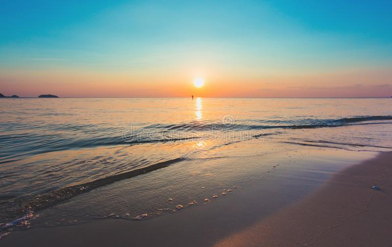 Красивый ландшафт океана на времени захода солнца Добро пожаловать высокий сезон стоковые изображения rf