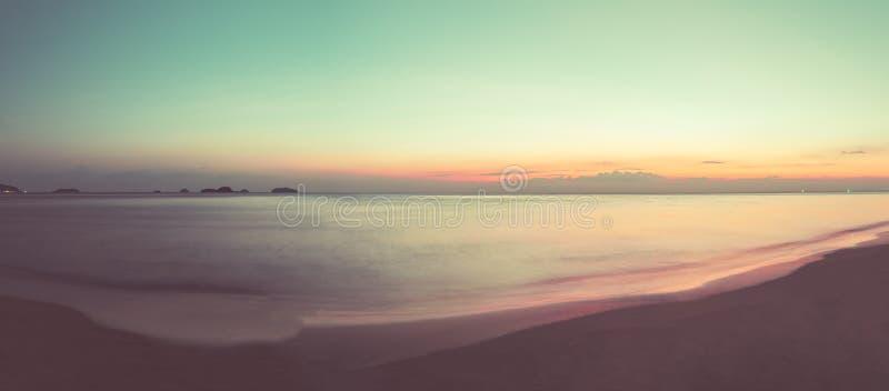 Красивый ландшафт океана на времени захода солнца Добро пожаловать высокий сезон стоковые фото