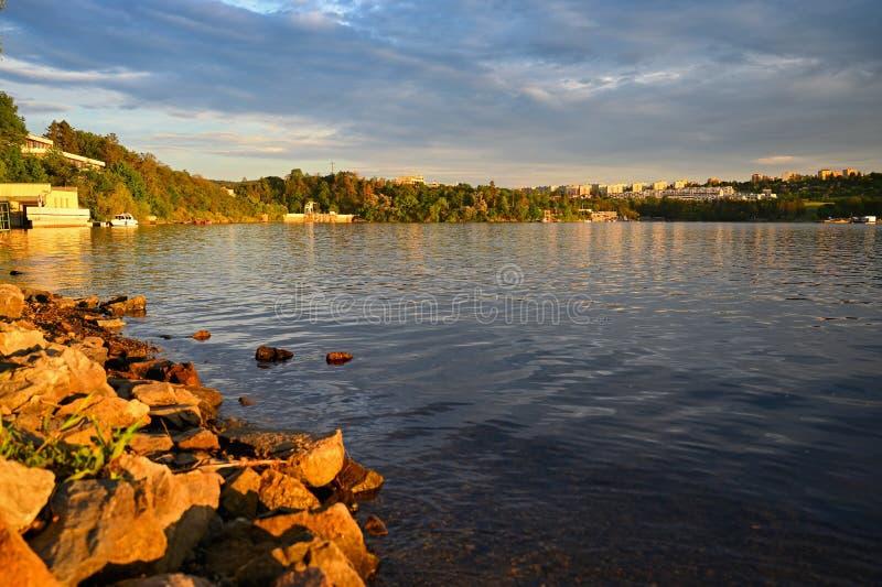 Красивый ландшафт около резервуара воды на заходе солнца Город Брна - запруды Брна Чехия Европа стоковое изображение rf